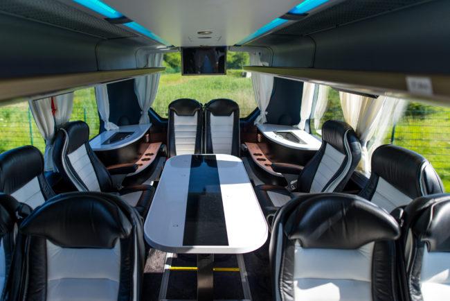 Lounge im Business-Premiumbus